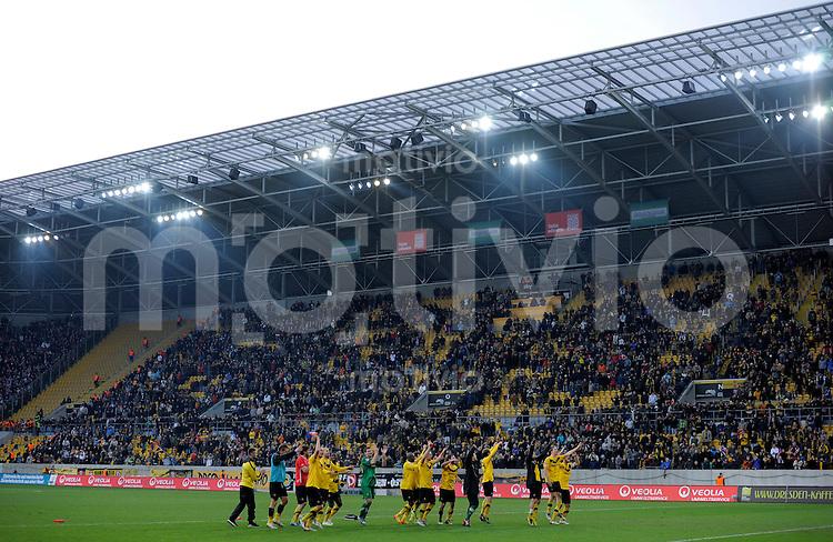 Fussball, 2. Bundesliga, Saison 2011/12, SG Dynamo Dresden - FC Energie Cottbus, Sonntag (11.12.11), gluecksgas Stadion, Dresden. Dresdens Spieler jubeln nach dem 2:1 Sieg.