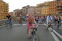 Roma 28 Maggio 2008 .Critical Mass 2008..Coincidenza organizzata di ciclismo critico urbano..Rome May 28, 2008..Critical Mass 2008.Organized coincidence of critical urban cycling..