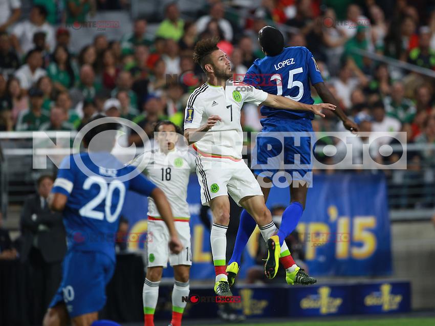 Denise Lopez de Guatemala y Miguel Ayun (d) de Mexico ,durante partido entre las selecciones de Mexico y Guatemala  de la Copa Oro CONCACAF 2015. Estadio de la Universidad de Arizona.<br /> Phoenix Arizona a 12 de Julio 2015.