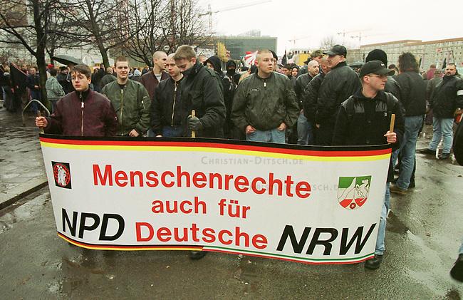 Gegen das in Berlin geplante Holocaustmahnmal rief ein sog. Buendnis gegen das Holocaustmahnmal zu einer Demonstration. 6-700 Skinheads und Rechtsextreme aus dem gesamten Bundesgebiet kamen zu der gerichtlich durchgesetzten Demonstration. Es waren fast ausschliesslich NPD-Mitglieder und Sympathiesanten. Die Organisation der Demonstration lag fest in den Haenden sogenannten Freier Kameradschaften.<br /> Hier: NPD-Mitglieder und Sympathiesanten aus Nordrhein-Westphalen.<br /> Berlin, 29.1.2000<br /> Copyright: Christian-Ditsch.de<br /> [Inhaltsveraendernde Manipulation des Fotos nur nach ausdruecklicher Genehmigung des Fotografen. Vereinbarungen ueber Abtretung von Persoenlichkeitsrechten/Model Release der abgebildeten Person/Personen liegen nicht vor. NO MODEL RELEASE! Nur fuer Redaktionelle Zwecke. Don't publish without copyright Christian-Ditsch.de, Veroeffentlichung nur mit Fotografennennung, sowie gegen Honorar, MwSt. und Beleg. Konto: I N G - D i B a, IBAN DE58500105175400192269, BIC INGDDEFFXXX, Kontakt: post@christian-ditsch.de<br /> Bei der Bearbeitung der Dateiinformationen darf die Urheberkennzeichnung in den EXIF- und  IPTC-Daten nicht entfernt werden, diese sind in digitalen Medien nach &sect;95c UrhG rechtlich gesch&uuml;tzt. Der Urhebervermerk wird gemaess &sect;13 UrhG verlangt.]