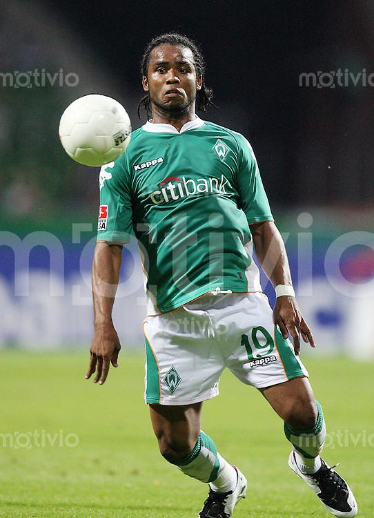 FUSSBALL  CHAMPIONS LEAGUE  SAISON 2007/2008  Carlos ALBERTO (SV Werder Bremen), Einzelaktion am Ball