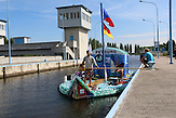 Die PETBurg in der Schleuse Lysa nad Labem / Zwei junge Tschechen haben 6.000 Plastikflaschen gesammelt, um darauf ein Abenteuer zu erleben. Sie haben ein Boot gebaut und fahren damit die Elbe hinunter, bis nach Hamburg.