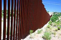 Messico Sasabe Posto di frontiera Muro tra Stati Uniti e Messico lungo il deserto di Sonora<br /> Mexico Sasabe place border wall between the United States and Mexico along the Sonoran Desert