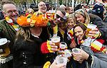 Foto: VidiPhoto<br /> <br /> DEN BOSCH - In Den Bosch is dinsdag het carnaval losgebarsten. Om precies 11 minuten over 11 op de elfde van de elfde, werd door de gezamenlijke carnavalsverenigingen op de Parade voor de Sint-Jan het startsein gegeven voor het carnavalsseizoen 2014-2015. De stad wordt tot aan de vastentijd eind februari 2015 omgedoopt tot Oeteldonk. Tot die tijd organiseren de meer dan twintig carnavalsverenigingen tal van feesten. In Oeteldonk bevindt zich bovendien de op een na oudste carnavalsvereniging van ons land.