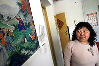 Sur le mur de la pièce commune des Li, un poster du « Sermon dans la Montagne » est accroché. Gao Cuilan est devenu croyante il y a dix ans, alors qu'elle était gravement souffrante et qu'aucun médecin ne diagnostiquait sa maladie. « Dans le Jiangsu, où on habitait alors, il y a beaucoup d'églises, explique Li Fang. Des gens l'ont persuadée de croire au christianisme. C'est une consolation spirituelle. Elle a été un peu mieux. » « Ma famille me respecte, mais ils ne croient pas en Jésus, continue Gao Cuilan. Je ne fais pas la prière régulièrement, car je n'y suis pas habituée, mais je vais à l'église pour Noël, Pâques, et le Nouvel an chinois. » Si on lui demande si elle est catholique ou protestante, Gao Cuilan ne sait pas répondre. « J'ai une bible, j'ai même un livre de chants, mais je ne comprends pas tout », confie-t-elle. A Baoshan, près de Shanghai, le 7 mai 2008. Photo par Lucas Schifres/Pictobank