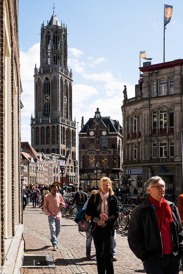 Nederland, Utrecht, 18 april 2015<br /> Oudegracht, Utrecht. Stadsbeeld met passanten over de Oudegracht met de Dom op de achtergrond.  <br /> Foto: Michiel Wijnbergh