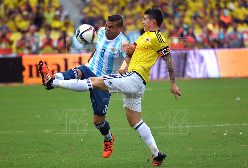 BARRANQUILLA - COLOMBIA- 17-11-2015: James Rodriguez (Der) jugador de Colombia disputa el balón con Gabriel Mercado (Izq) jugador de Argentina, durante partido de la fecha 4 válido por la clasificación a la Copa Mundo FIFA 2018 Rusia jugado en el estadio Metropolitano Roberto Melendez en Barranquilla. /  James Rodriguez (R) player of Colombia vies the ball with Gabriel Mercado (L) player of Argentina during match for the date 4 valid for the 2018 FIFA World Cup Russia Qualifier played at Metropolitan stadium Roberto Melendez in Barranquilla. Photo: VizzorImage / Alfonso Cervantes / Cont.