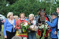 DRAFSPORT: JOURE: Harddraverij en Renvereniging Joure, 13-07-2012, Swipedei, draverij om de Gouden Swipe, burgemeester Mary Looman-Struijs (Skarsterlân), winnares Chantal van Ooijen met het paard Andrea Swagerman (#5), ©foto Martin de Jong