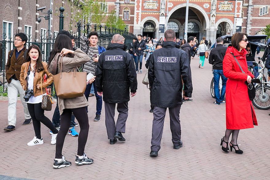 Nederland, Amsterdam, 30 mei 2015<br /> Beveiligers in de buurt van het Rijksmuseum lopen een rondje buitenom het museum. <br /> Foto: Michiel Wijnbergh