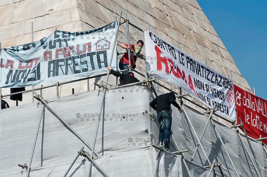 Roma, 25 Febbraio 2014<br /> Movimenti per il Diritto all'Abitare occupano la Piramide in solidariet&agrave; con i 17  attivisti arrestati per  gli scontri con la polizia del 31 ottobre a via del Tritone, durante la manifestazione contro la conferenza  Stato,Regioni,province,comuni sul tema della casa.<br /> Rome , February 25 2014<br /> Movements for housing rights,  occupy the Pyramid in solidarity with 17 activists arrested in clashes with police on 31 October at Via del Tritone , during the demonstration against the conference between state, regions, provinces, municipalities on the theme of the house.