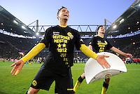 Fussball 1. Bundesliga :  Saison   2010/2011   32. Spieltag  21.04.2012 Borussia Dortmund - Borussia Moenchengladbach Jubel nach dem SIEG zur Deutschen Meisterschaft Moritz Leitner, Mats Hummels (v. li., Borussia Dortmund) mit einer Meisterschale