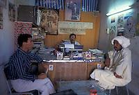 Tunisia, Douz, citt&agrave; conosciuta come &quot;la porta del Sahara&quot;. Ufficio dello scrivano pubblico con due clienti in attesa.<br /> Tunisia, Douz, city known as &quot;the gateway to the Sahara&quot; . Office of the public scribe.
