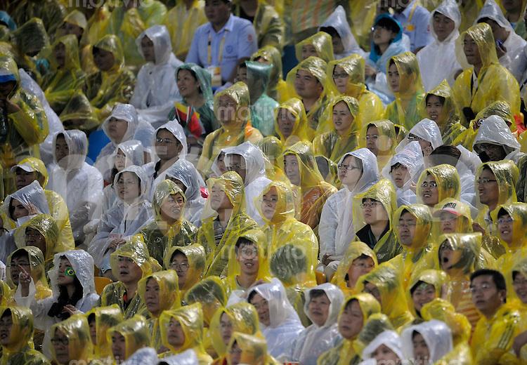 Olympia 2008  Peking  Fussball  Frauen   21.08.2008 Deutschland - Japan Fans sitzen im Regen und verfolgen das Match um die Bronzemedaille.
