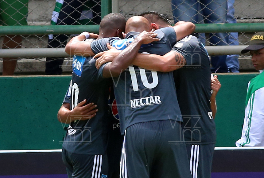 CALI -COLOMBIA-17-04-2016. Jugadores de Millonarios celebran después de anotar un gol a Deportivo Cali durante partido por la fecha 13 de la Liga Aguila I 2016 jugado en el estadio Palmaseca de la ciudad de Palmira./ Players of Millonarios celebrate after scoring a goal to Deportivo Cali during match for the date 13 of the Aguila League I 2016 played at Palmaseca stadium in Palmira city. Photo: VizzorImage/Juan C Quintero
