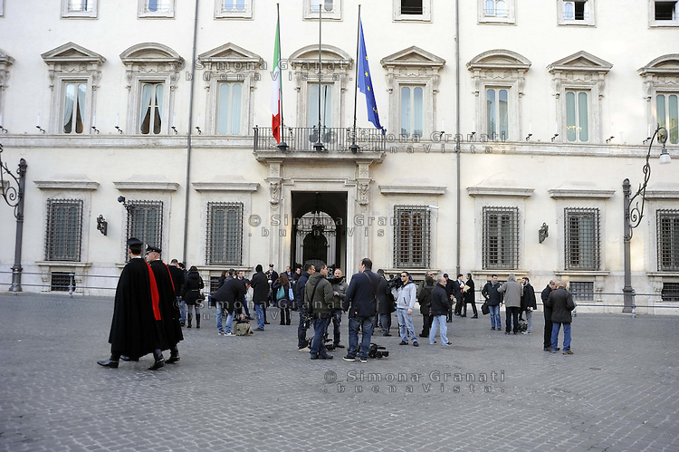 "Roma, 28 Dicembre 2011.Piazza Colonna, Palazzo Chigi.Durante l'ultimo consiglio dei Ministri per la ""fase 2"".Carabinieri  in alta uniforme e giornalisti in attesa di notizie..During the last Council of Ministers for the Phase 2.Carabinieri in full uniform and journalists waiting for news.Palazzo Chigi, Piazza Colonna, Rome, Italy, December 28, 2011"