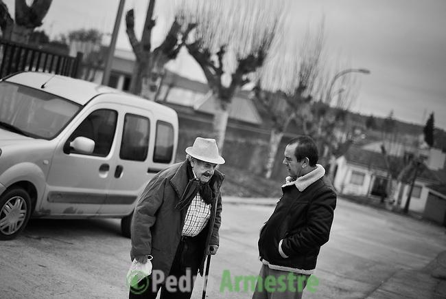 2012-12-26. Pere&ntilde;a, Salamanca..Luis Rodr&iacute;guez es m&eacute;dico rural en la comarca de Las Arribes (Salamanca), una de las m&aacute;s envejecidas y despobladas de Espa&ntilde;a. La mayor&iacute;a de los pacientes de esta zona son octogenarios que viven en municipios de menos de 500 habitantes como Pere&ntilde;a o Cabeza de Framontanos. El trabajo del m&eacute;dico rural es similar al de cualquier m&eacute;dico de familia, salvo por las largas distancias que tienen que recorrer para visitar a los pacientes. En algunos pueblos no hay ni siquiera dispensario y es el doctor el que se desplaza a las casas. Esta profesi&oacute;n tampoco se libra de los recortes sanitarios. Por ejemplo, Castilla y Le&oacute;n ha decidido suprimir las guardias m&eacute;dicas rurales en 16 puntos de su geograf&iacute;a. (c) Pedro ARMESTRE.<br /> <br /> Luis Rodr&iacute;guez works as a rural doctor in the region of Las Arribes (Salamanca), one of the most aged and depopulated of Spain. The majority of the patients of this zone are octogenarian that live in very small towns with no more than 500 inhabitants as Pere&ntilde;a or Cabeza de Framontanos. The work of the rural doctor is similar to any other general doctor, except for the long distances that they have to cross. The rural doctor usually moves with his car to the houses of the patients in zones with difficulties to access. The development and the cuts in the budget of the Spanish health can make eliminate this profession. (c) Pedro ARMESTRE