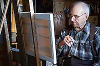 Bern Will Brown maler i sitt hjem i Colville Lake. ---- Bern Will Brown painting in Colville Lake.