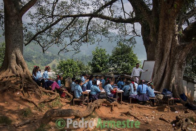 27 Septiembre 2015. Distrito de Nuwakot, Nepal<br /> EDUCACI&Oacute;N: Los ni&ntilde;os de la escuela de Pimaltar estudian debajo de un &aacute;rbol porque el terremoto destruy&oacute; su escuela. Unas 35.000 escuelas resultaron destruidas tras el se&iacute;smo de Nepal del pasado 25 de abril. &copy; Pedro Armestre/ Save the Children Handout. No ventas -No Archivos - Uso editorial solamente - Uso libre solamente para 14 d&iacute;as despu&eacute;s de liberaci&oacute;n. Foto proporcionada por SAVE THE CHILDREN, uso solamente para ilustrar noticias o comentarios sobre los hechos o eventos representados en esta imagen.<br /> &copy; Pedro Armestre/ Save the Children Handout - No sales - No Archives - Editorial Use Only - Free use only for 14 days after release. Photo provided by SAVE THE CHILDREN, distributed handout photo to be used only to illustrate news reporting or commentary on the facts or events depicted in this image.