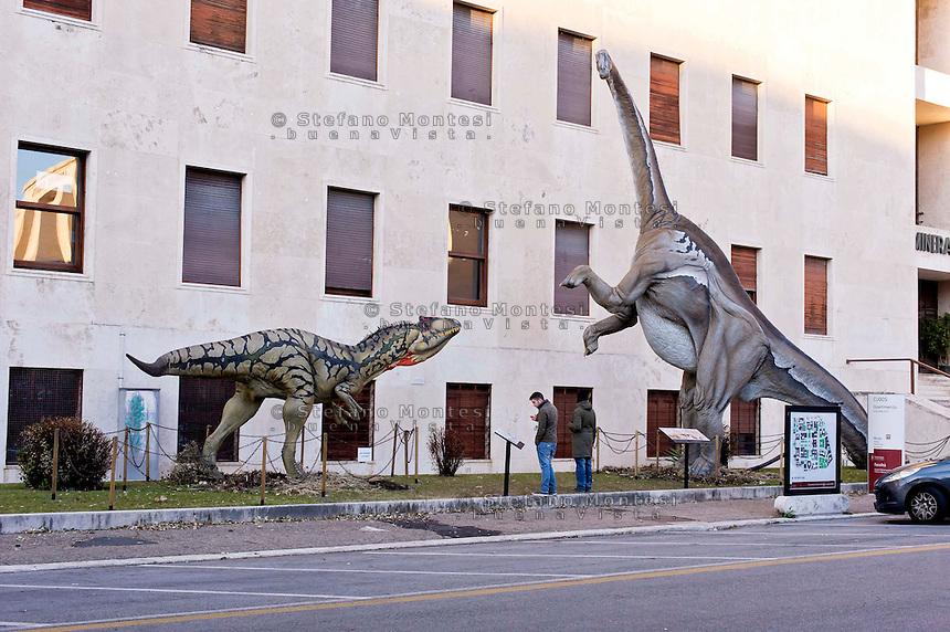 Roma 30 Dicembre 2014<br /> &quot;Dinosauri in Carne e Ossa&quot;, mostra di dinosauri e altri animali preistorici estinti, a grandezza naturale, allestita dall' Associazione paleontologica ambientale, all'Universit&agrave; La Sapienza di Roma. La mostra sara aperta fino al 31 Maggio 2015. La scultura di un Allosaurus fragilis e di un Diplodocus longus<br /> Rome December 30, 2014<br /> &quot;Dinosaurs in Flesh and Bones&quot;, an exhibition of dinosaurs and other prehistoric animals extinct, to life-sized, prepared by Association paleontological environmental, a La Sapienza University of Rome. The exhibition will be open until May 31, 2015. The sculpture of Allosaurus fragilis and Diplodocus longus.