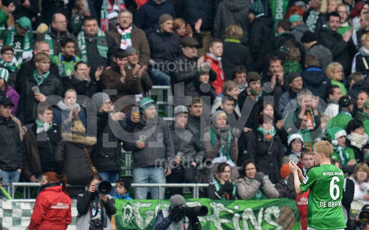 FUSSBALL   1. BUNDESLIGA   SAISON 2012/2013    28. SPIELTAG SV Werder Bremen - FC Schalke 04                          06.04.2013 Kevin De Bruyne (SV Werder Bremen) wendet sich nach dem Abpfiff als einziger Spieler an die Fans in der Ostkurve. Applaus bekommt der Bremer wenig.