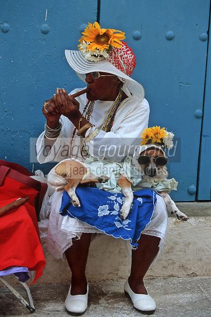 Cuba/La Havane: Vieille cubaine fumant le cigare Calle de los Officios avec son animal de compagnie