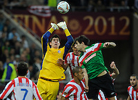 Uefa Europa League Final Bucharest 2012 : Wednesday 9 May 2012 - National Arena Bucharest : Club Atletico de Madrid - Athletic Club Bilbao.Thibaut Courtois doet de bal weg voor Javi Martinez kan koppen.foto DAVID CATRY