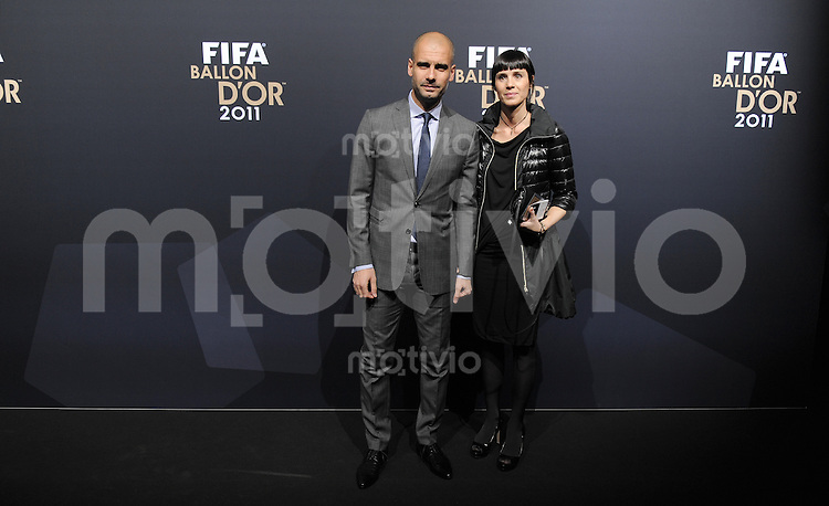Fussball International  FIFA Ballon d Or / Weltfussballer 2011   09.01.2012 Trainer Josep Guardiola (li, Barca) mit Frau Cristina Serra