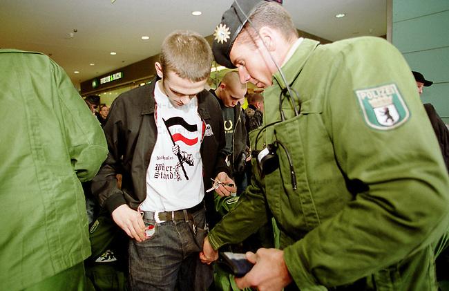 Etwa 1.200 Neonazis und Skinheads versammelten sich in Berlin zu einer Demonstration unter dem Motto: &quot;Meinungsfreiheit statt Verbote&quot;. Aufgerufen hatte eine sogenannte &quot;Kameradschaft Germania Berlin&quot;.<br /> Hier: Die Polizei kontrolliert vor der Demonstration die Rechtsextremisten.<br /> 4.11.2000, Berlin<br /> Copyright: Christian-Ditsch.de<br /> [Inhaltsveraendernde Manipulation des Fotos nur nach ausdruecklicher Genehmigung des Fotografen. Vereinbarungen ueber Abtretung von Persoenlichkeitsrechten/Model Release der abgebildeten Person/Personen liegen nicht vor. NO MODEL RELEASE! Nur fuer Redaktionelle Zwecke. Don't publish without copyright Christian-Ditsch.de, Veroeffentlichung nur mit Fotografennennung, sowie gegen Honorar, MwSt. und Beleg. Konto: I N G - D i B a, IBAN DE58500105175400192269, BIC INGDDEFFXXX, Kontakt: post@christian-ditsch.de<br /> Bei der Bearbeitung der Dateiinformationen darf die Urheberkennzeichnung in den EXIF- und  IPTC-Daten nicht entfernt werden, diese sind in digitalen Medien nach &sect;95c UrhG rechtlich gesch&uuml;tzt. Der Urhebervermerk wird gemaess &sect;13 UrhG verlangt.]