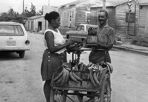 Napoleón Soler  alfabetizador en horas de la noche, y de día vende plátanos, 27 de febrero de  1971© OGM.