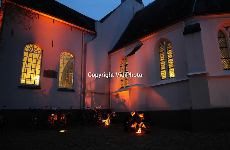 Foto: VidiPhoto..VEENENDAAL - In Veenendaal staat vanaf deze week de enige Oranjekerk van Nederland. Enkele ondernemers en vrijwilligers uit het kerkdorp hebben de kappen van de 25 schijnwerpers van 300 watt per stuk, voorzien van een oranje kunststoflaag. De Oranjekerk is 30 april het middelpunt van het bezoek van Koningin Beatrix en de Koninklijke familie. De ondernemers willen hiermee laten zien dat ondanks de 55 verschillende kerken en geloofsgemeenschappen in Veenendaal, het dorp toch één gezamenlijk oranjegevoel uitstraalt. Letterlijk zelfs..