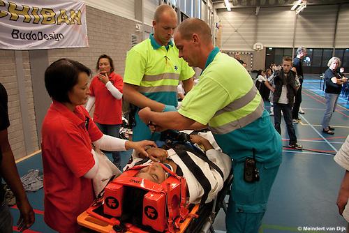 Leeuwarden, 25 september 2010 - Het Oldehove Cup - Kyokushin karatetoernooi - werd in de middag enigszins overschaduwd doordat een deelneemster tijdens een kumitepartij bij een schop tegen haar hoofd zodanig hoofd- of hersenletsel opliep, dat ze korte tijd bewusteloos raakte. Uit voorzorg werd zij per ambulance overgebracht naar het ziekenhuis.