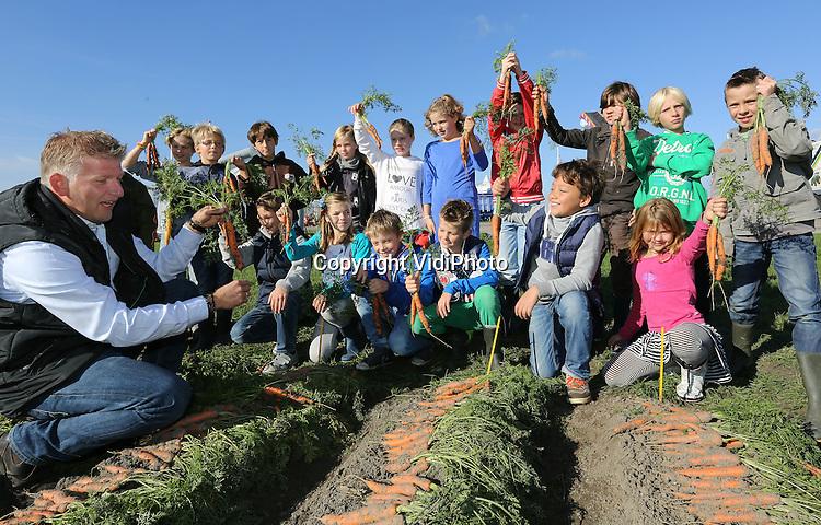 Foto: VidiPhoto<br /> <br /> WARMENHUIZEN - Schoolkinderen controleren vrijdag de kwaliteit van de wortels-van-de-toekomst bij veredelaar Bejo in het Noord-Hollandse Warmenhuizen. Tot en met zaterdag zet een van de grootste groenteveredelaars van ons land zijn deuren open voor relaties, klanten en publiek uit de hele wereld. Het groentezaad (meer dan 1000 rassen) van Bejo wordt jaarlijks naar meer dan 100 landen wereldwijd ge&euml;xporteerd. Zowel veredeling als productie is verspreid over diverse landen.