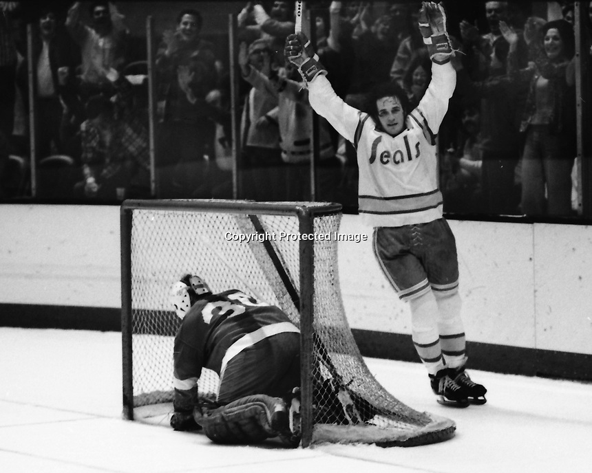Seals score against the Detroit Red Wings. Jim Moxey . Wings goalie Terry Richardson. 1975 (photo/Ron Riesterer)