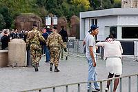 Roma 18 Novembre 2015<br /> Rafforzate le misure di sicurezza  pattuglie e controlli nelle stazioni metro e monumenti e 700 soldati armati in strada, in vista del giubileo, per allarme terrorismo, dopo gli attacchi coordinati da uomini armati e kamikaze a Parigi il 13 novembre che ha ucciso almeno 129 persone e rivendicati dallo Stato islamico.Militari italiani controllano la zona del Colosseo.<br /> Rome 18 November 2015<br /> Strengthen security measures, checks in subway stations and monuments, 700 armed soldiers on the streets in view of the jubilee for terror alert after coordinated attacks by gunmen and suicide bombers in Paris on Nov. 13 that killed at least 129 people and claimed by the State Islamic. Italian military control the area of the Colosseum.
