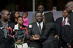 Foto: VidiPhoto..HARARE - Duizenden Zimbabwanen uit het hele land woonden dinsdagmiddag de herdenkingsplechtigheid voor Susan Tsvangirai bij. De vrouw van premier Morgan Tsvangirai van Zimbabwe kwam vorige week bij een ongeval om het leven. Tsvangirai zelf raakte daarbij gewond. Nog steeds wordt gedacht aan een aanslag door president Mugabe op zijn rivaal, hoewel concrete aanwijzingen tot nog toe ontbreken. Foto: Condoleances voor Morgan Tsvangirai.