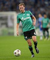 FUSSBALL   CHAMPIONS LEAGUE   SAISON 2013/2014   GRUPPENPHASE FC Schalke 04 - FC Chelsea        22.10.2013 Benedikt Hoewedes (FC Schalke 04) am Ball