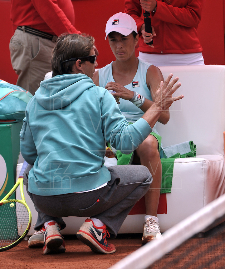 BOGOTA - COLOMBIA - 17-04-2016: Silvia Soler de España, recibe instrucciones de su técnico, durante partido por el Claro Colsanitas WTA, que se realiza en el Club El Rancho de Bogota. / Silvia Soler of Spain, recibes instructions of her coach, during a match for the WTA Claro Colsanitas, which takes place at Club El Rancho de Bogota. Photo: VizzorImage / Luis Ramirez / Staff.
