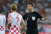 FUSSBALL  EUROPAMEISTERSCHAFT 2012   VORRUNDE Kroatien - Spanien                 18.06.2012 Schiedsrichter Wolfgang Stark (GER, re) ermahnt Ivan Strinic (li, Kroatien)