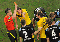 FUER SZ FREI, PAUSCHALE GEZAHLT!!! Fussball, 2. Bundesliga, Saison 2011/12, SG Dynamo Dresden - TSV 1860 Muenchen, Freitag (23.03.12), gluecksgas Stadion, Dresden. Schiedsrichter Knut Kircher (li.) zeigt Dresdens Robert Koch (re.) die Gelb Rote Karte, Dresdens Pavel Fort (2.v.li.) dsikutiert.
