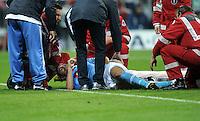 FUSSBALL   CHAMPIONS LEAGUE   SAISON 2011/2012     02.11.2011 FC Bayern Muenchen - SSC Neapel Salvatore Aronica (SSC Neapel) muss verletzt vom Platz