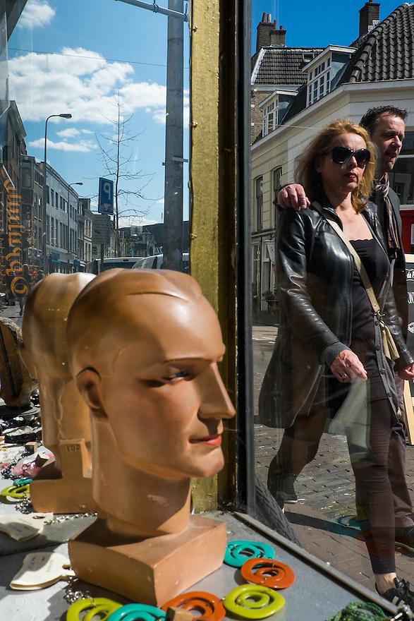 Nederland, Utrecht, 18 april 2015<br /> Voorstraat. Passanten lopen voorbij een van de vele vintage winkeltjes in de utrechtse Voorstraat. <br /> Foto: Michiel Wijnbergh