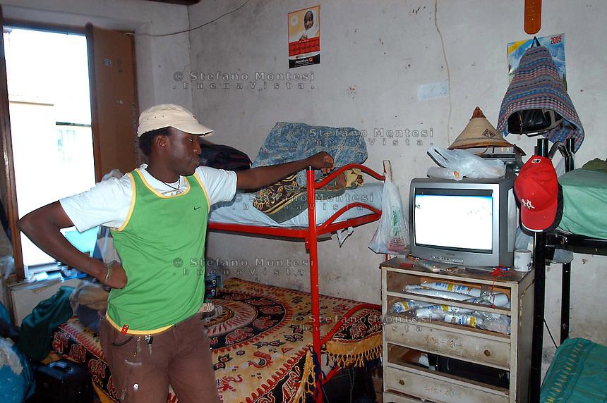 Roma Novembre 2006.Immigrati del Senegal vivono in condizioni precarie in una palazzina nel quartiere Pigneto  .Rome November 2006.Immigrant of Senegal living in precarious conditions in a building in the District Pigneto