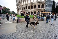 Roma 18 Novembre 2015<br /> Rafforzate le misure di sicurezza  pattuglie e controlli nelle stazioni metro e monumenti e 700 soldati armati in strada, in vista del giubileo, per allarme terrorismo, dopo gli attacchi coordinati da uomini armati e kamikaze a Parigi il 13 novembre che ha ucciso almeno 129 persone e rivendicati dallo Stato islamico. Agenti di polizia con cane poliziotto controlla la zona del Colosseo.<br /> Rome 18 November 2015<br /> Strengthen security measures, checks in subway stations and monuments, 700 armed soldiers on the streets in view of the jubilee for terror alert after coordinated attacks by gunmen and suicide bombers in Paris on Nov. 13 that killed at least 129 people and claimed by the State Islamic. Police officers with police dog checks the area of the Colosseum.