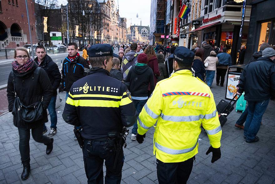 Nederland, Amsterdam, 13 dec 2014<br /> Politie surveilleert op het Damrak, Amsterdam. <br /> Blauw op straat.<br /> Foto: (c) Michiel Wijnbergh