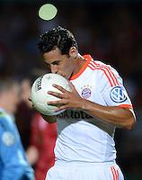 FUSSBALL  DFB POKAL       SAISON 2012/2013 Jahn Regensburg - FC Bayern Muenchen  20.08.2012 Jubel nach dem Tor zum 0:4 Claudio Pizarro (FC Bayern Muenchen)  kuesst den Ball