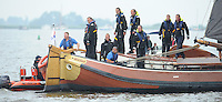 ZEILEN: ELAHUIZEN: , 25-07-2014, SKS skûtsjesilen, De bemanning van het skûtsje 'de Oeral Thús' van Joure staan beteuterd te kijken, omdat ze niet waren afgeschoten bij de finish, naar later bleek, wegens het overschrijden van de startlijn tijdens de startprocedure, het protest van schipper Dirk Jan Reijenga tegen de plaatselijke commissie werd in het voordeel van de Jousters beslist waardoor het skûtsje 'de Oeral Thús' toch als tweede in de daguitslag werd gekwalificeerd, ©foto Martin de Jong