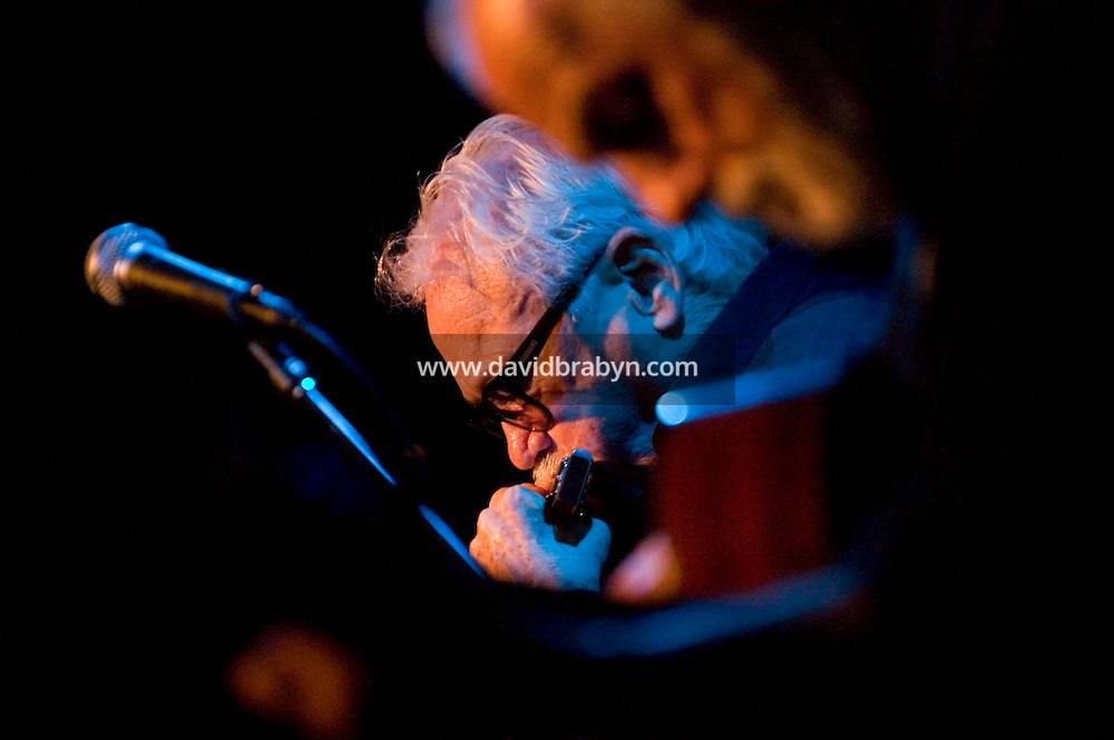 Belgian harmonicist, guitarist and whistler Jean &quot;Toots&quot; Thielemans (L) performs at the Blue Note jazz club in New York City, USA, 29 November 2004.<br />