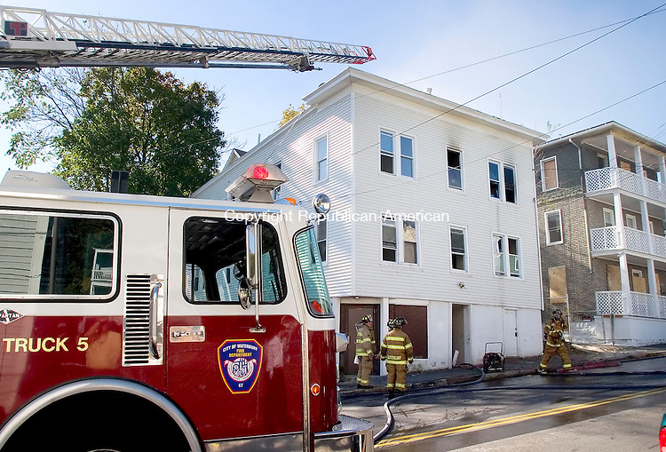 WATERBURY, CT- 02 NOV 07- 110207JT07- <br /> Waterbury firefighters respond to a fire at a vacant house on Congress Avenue on Friday.<br /> Josalee Thrift / Republican-American