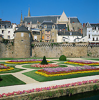 France, Brittany, Département Morbihan, Vannes: The ramparts and gardens below the Gothic St Peter's Cathedral | Frankreich, Bretagne, Département Morbihan, Vannes: Stadtmauer und Park unterhalb der Kathedrale Saint-Pierre de Vannes