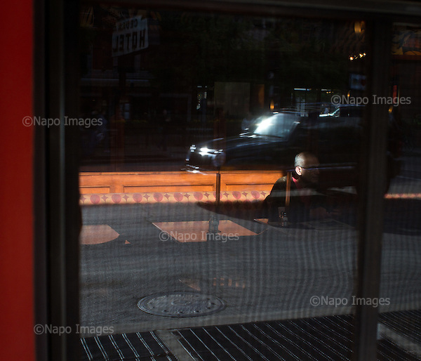 CHICAGO, ILLINOIS, USA 22 APRIL, 2012:.Man sitting at the cafe in central Chicago..(Photo by Piotr Malecki / Napo Images)..CHICAGO, ILLINOIS, USA 22/04,2012:.Mezczyzna siedzi w kawiarni w centrum Chicago..Fot: Piotr Malecki / Napo Images